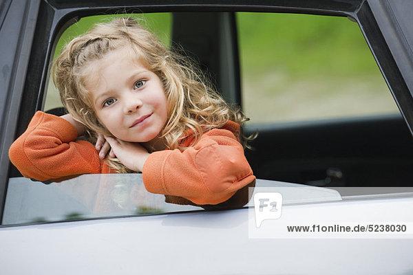 Kleines Mädchen aus dem Autofenster  lehnen Porträt