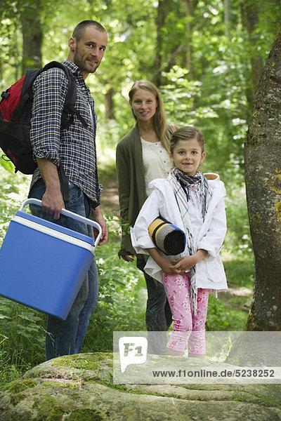 Familie  die Vorbereitung für Picknick im Wald  Porträt