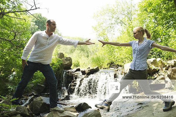 Couple hiking  Frau erreicht man's Hand