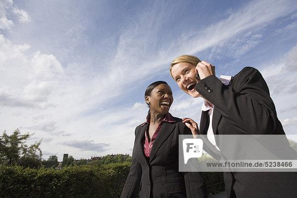 Außenaufnahme  Frau  lachen  Business  freie Natur