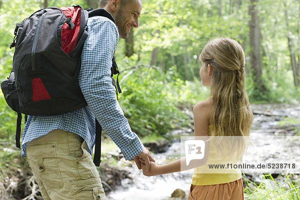 Vater und junge Tochter zusammen Wandern im Wald
