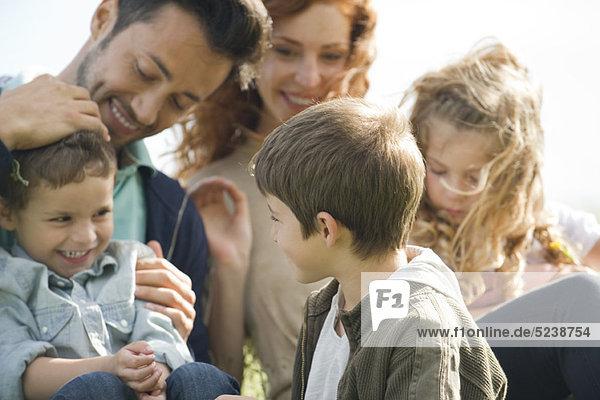 Angenehme Zeit zusammen draußen Familie