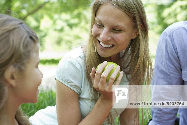 Woman enjoying Picknick mit ihrer Familie