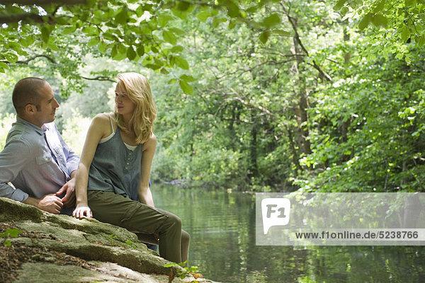 Paar sitzen auf Rock River