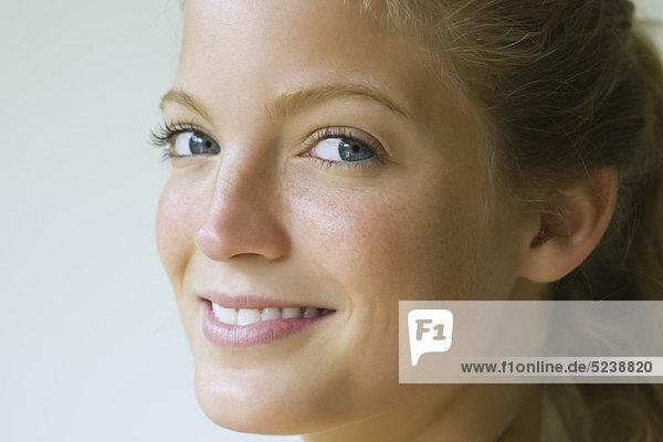 Junge Frau  die seitlich Blick in die Kamera  Porträt