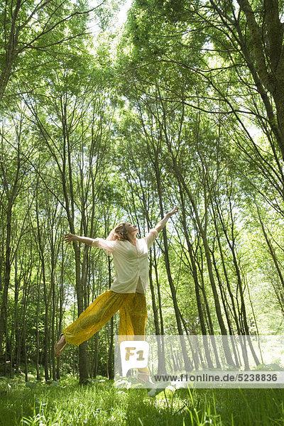 junge Frau junge Frauen springen junge Frau,junge Frauen,springen