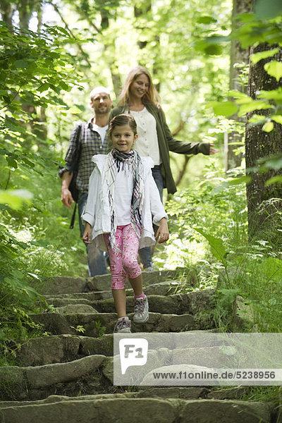Familie gehen Sie Schritte in Wäldern