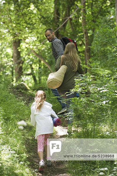 Familie zusammen Wandern im Wald
