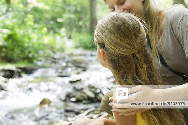 Mutter und Tochter kleben im freien