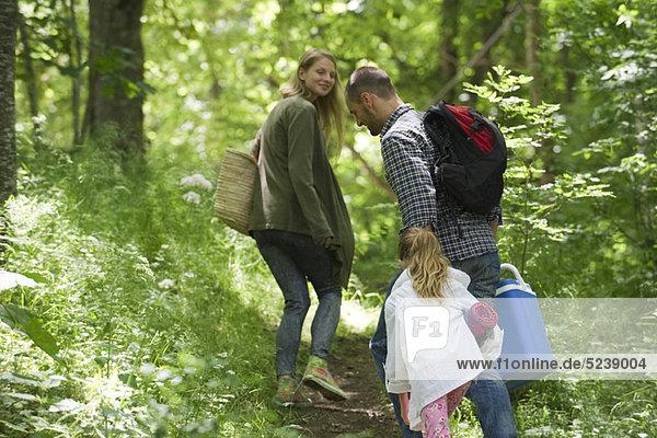 Familie wandert im Wald