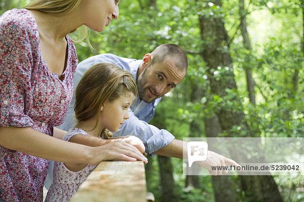 Familie im freien zusammen  auf der Suche über Geländer