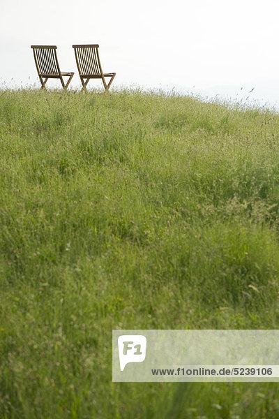 Leere Stühle oben auf dem Hügel