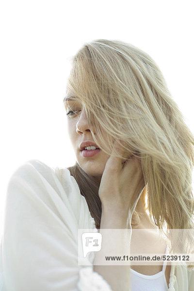 Junge Frau mit zerzausten Haar suchen traurig  portrait