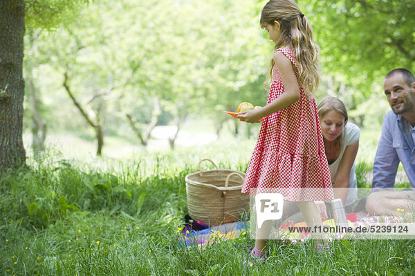 Family enjoying Picknick im freien