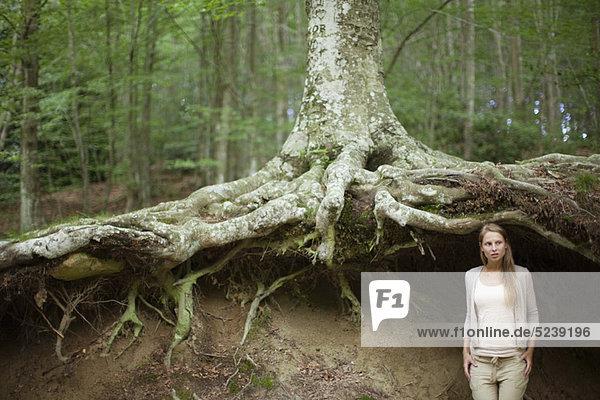 Frau am Baum im Wald  Wegsehen  in Gedanken