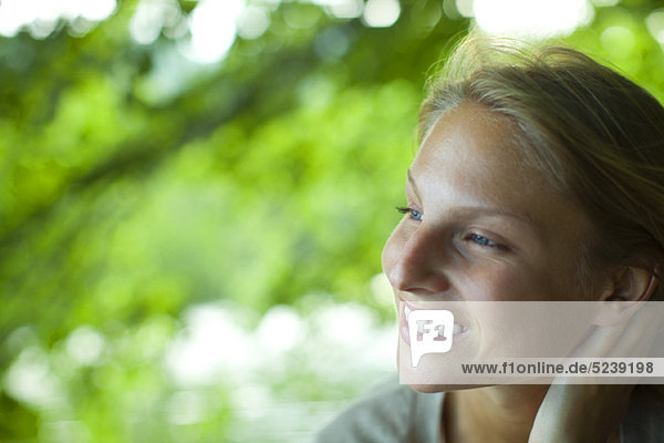 Junge Frau in der Natur  Porträt