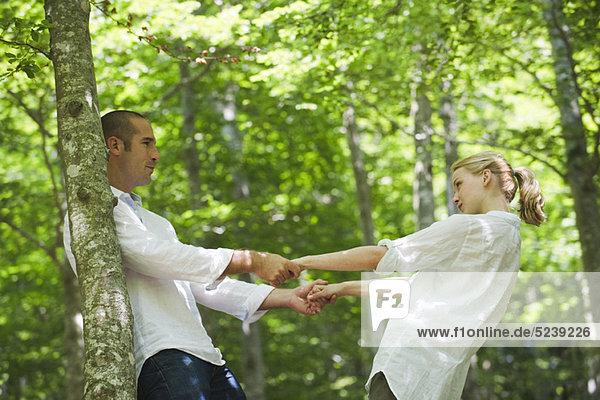 Paar Hand in Hand und zurückgelehnt