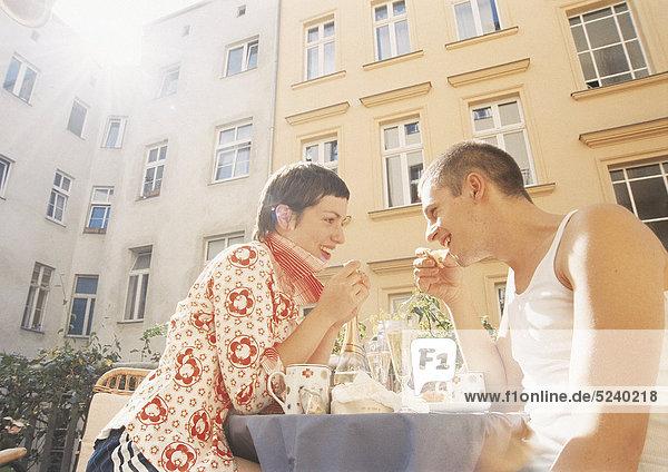 Paar sitzt in Straßencafe