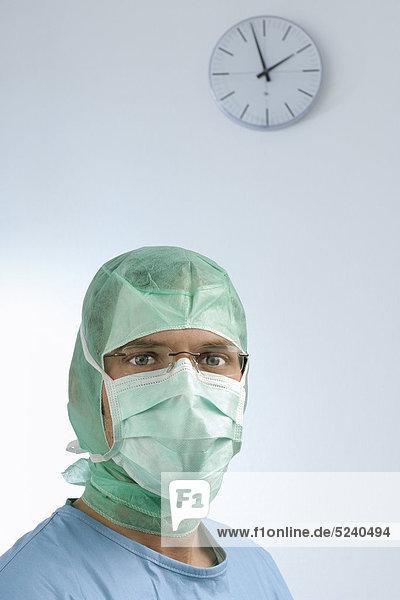 Chirurg mit Haube und Mundschutz  Porträt