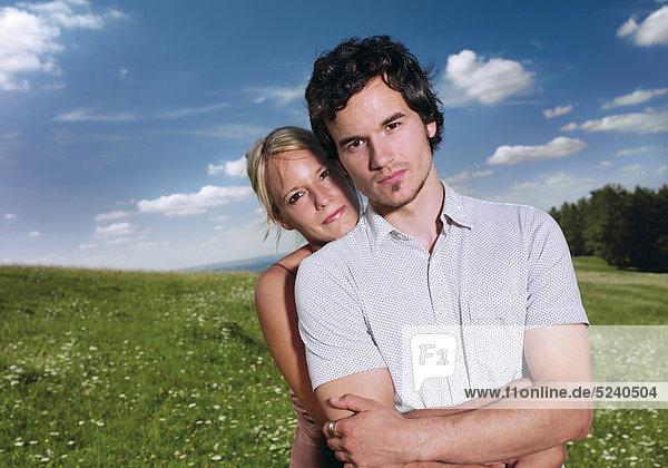 Paar auf Wiese  Halbporträt
