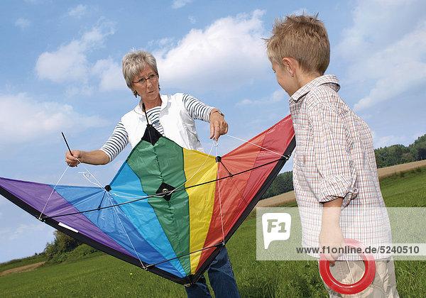 Oma mit Enkelsohn beim Drachensteigen