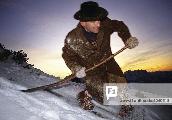 Telemark-Skifahrer mit alter Ausrüstung