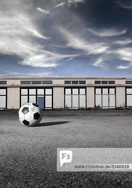 Fußball liegt auf Garagenplatz