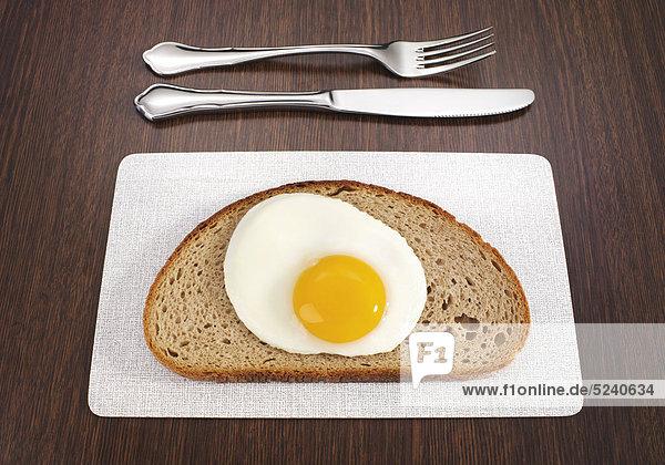 Scheibe Brot mit Spiegelei  Besteck
