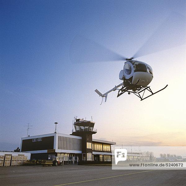 Hubschrauber startet an Flugplatz