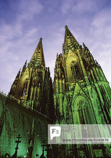 Kölner Dom  nachts  beleuchtet