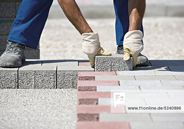 Steine für Bodenbelag werden verlegt  Detail