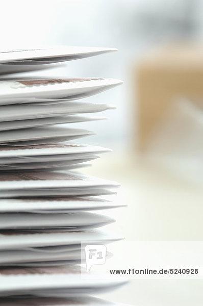 Deutschland  Briefstapel im Briefumschlag im Büro  Nahaufnahme
