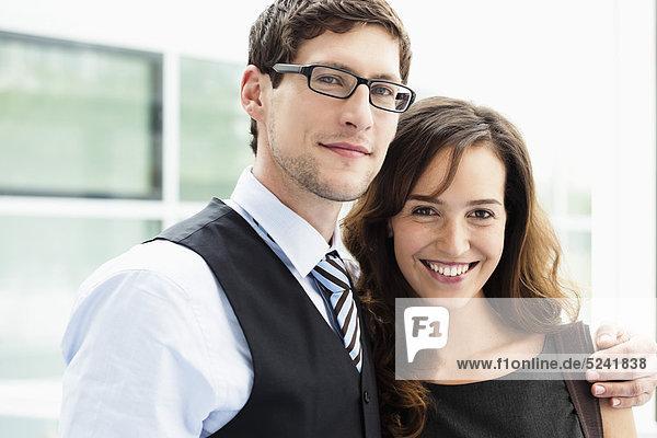 Diessen am Ammersee  Nahaufnahme eines jungen Geschäftsmannes und einer Geschäftsfrau  zusammen stehend  lächelnd  Portrait