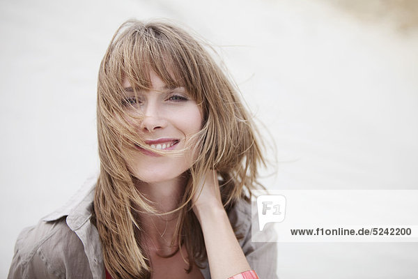 Junge Frau am Strand  Nahaufnahme  Portrait