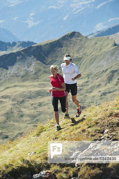 Österreich  Kleinwalsertal  Mann und Frau auf dem Bergweg