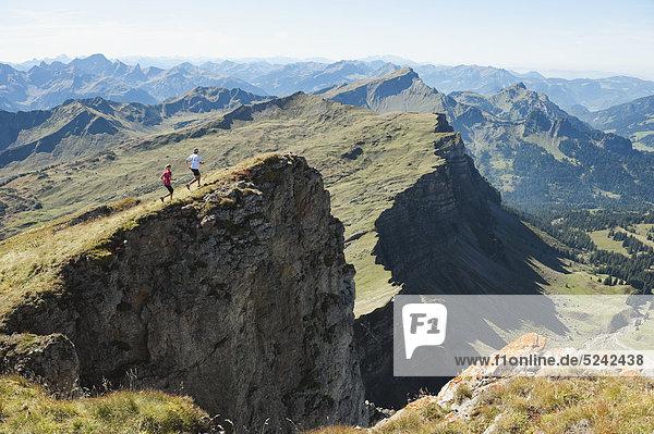Österreich,  Kleinwalsertal,  Männer- und Frauenwanderweg auf Bergklippe