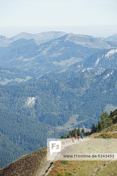 Österreich  Kleinwalsertal  Mann und Frau wandern auf dem Bergweg