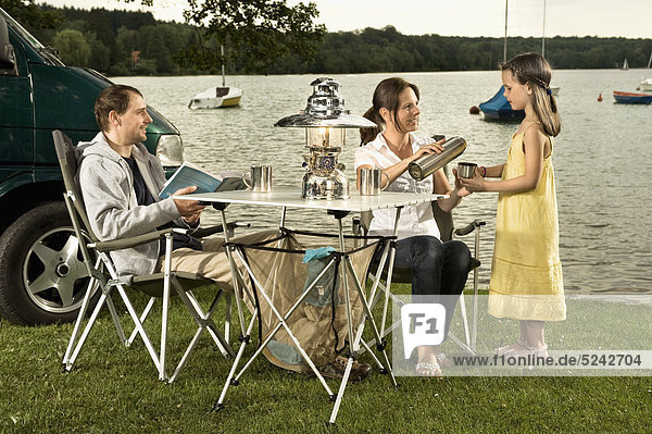 Deutschland  Bayern  Wörthsee  Familie auf dem Campingplatz am Seeufer