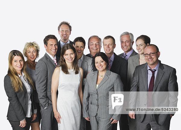 Große Gruppe von Geschäftsleuten vor weißem Hintergrund