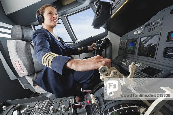 Flugkapitänin beim Fliegen aus dem Flugzeug-Cockpit