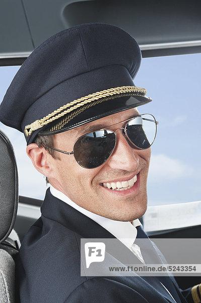 Deutschland  Bayern  München  Pilot mit Fliegerbrille im Flugzeugcockpit  Nahaufnahme