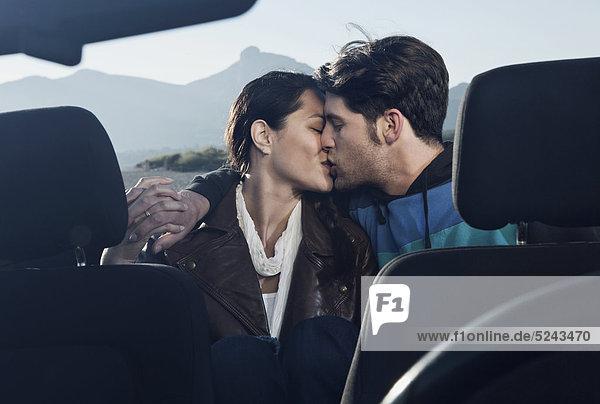 Spanien  Mallorca  Junges Paar küsst sich im Cabriolet  Nahaufnahme