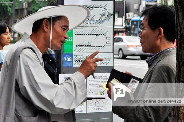 Seoul (South Korea): fake Buddhist monk asking for a 'donation for the temple' (stealing) to a pedestrian in Insa-dong