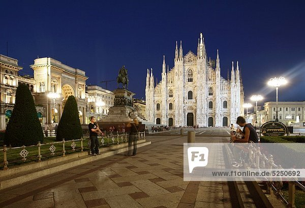 Piazza Duomo and the Cathedral at dusk  Milan  Italy