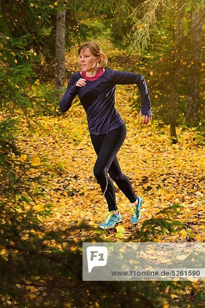 Junge Frau Joggen im Wald