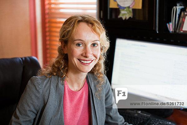 Geschäftsfrau in Büro zu Hause  Porträt