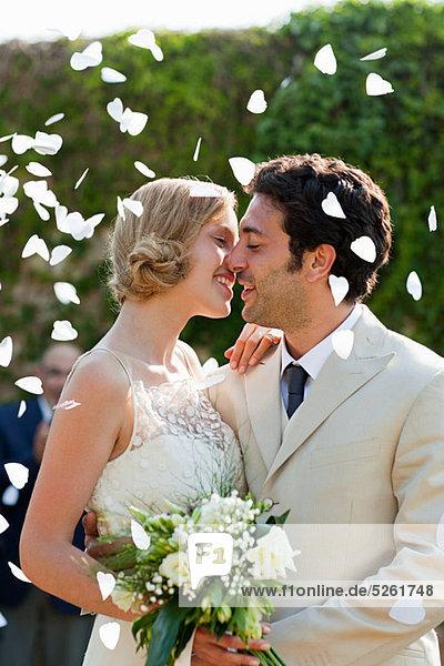 Neuvermählten  die sich bei der Trauung küssen. Neuvermählten, die sich bei der Trauung küssen.