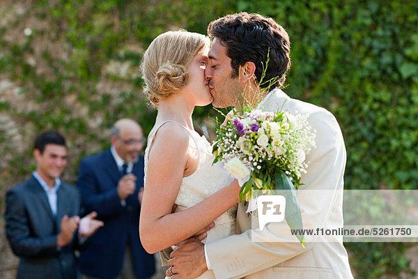 Neuvermählten  die sich bei der Trauung küssen.