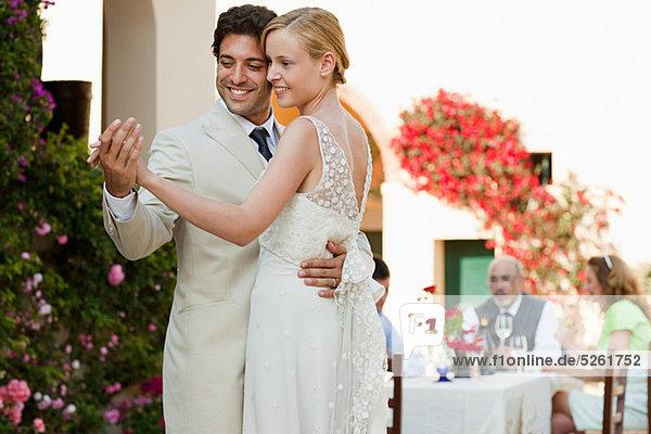 Neuvermählten tanzen bei der Hochzeitsfeier