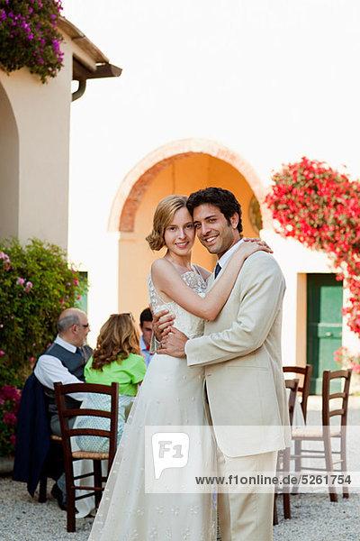 Neuvermählte umarmen sich bei der Hochzeitsfeier Neuvermählte umarmen sich bei der Hochzeitsfeier